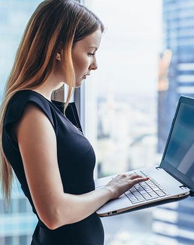 Anwältin mit Laptop